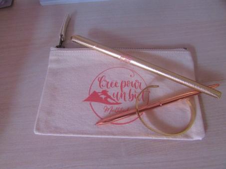 Trousse, stylo et bracelet - créer pour un but
