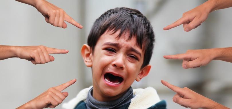 enfant humilié entrain de pleurer