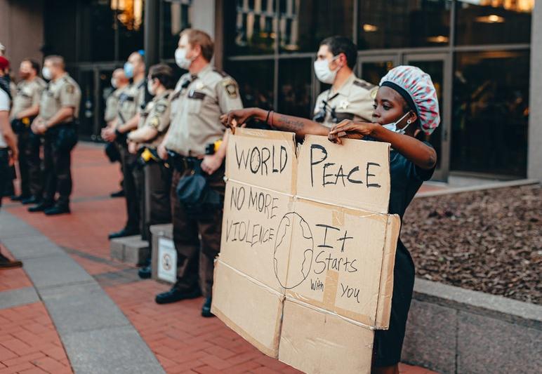 Femme qui manifeste devant les policiers