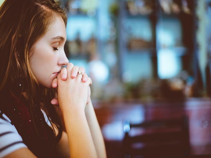 Jeune fille entrain de prier