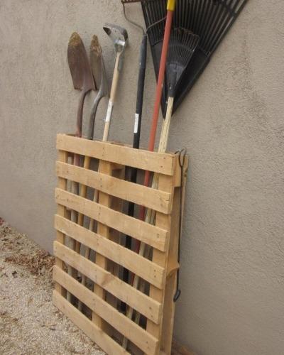 Une palette pour ranger ses outils de jardin