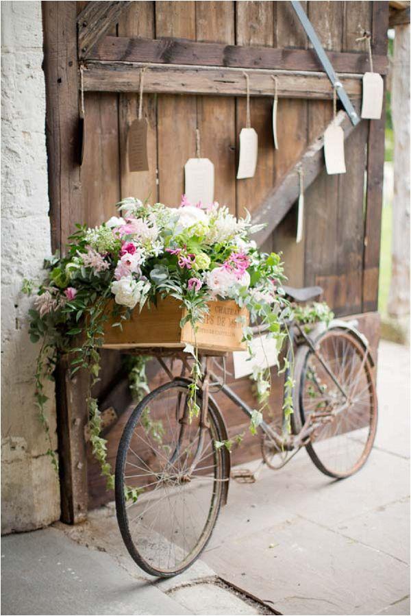 Utiliser un vélo vintage comme support pour fleurs