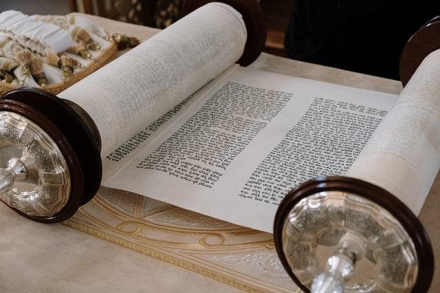 Rouleau sur lequel était écrit les livres de la loi