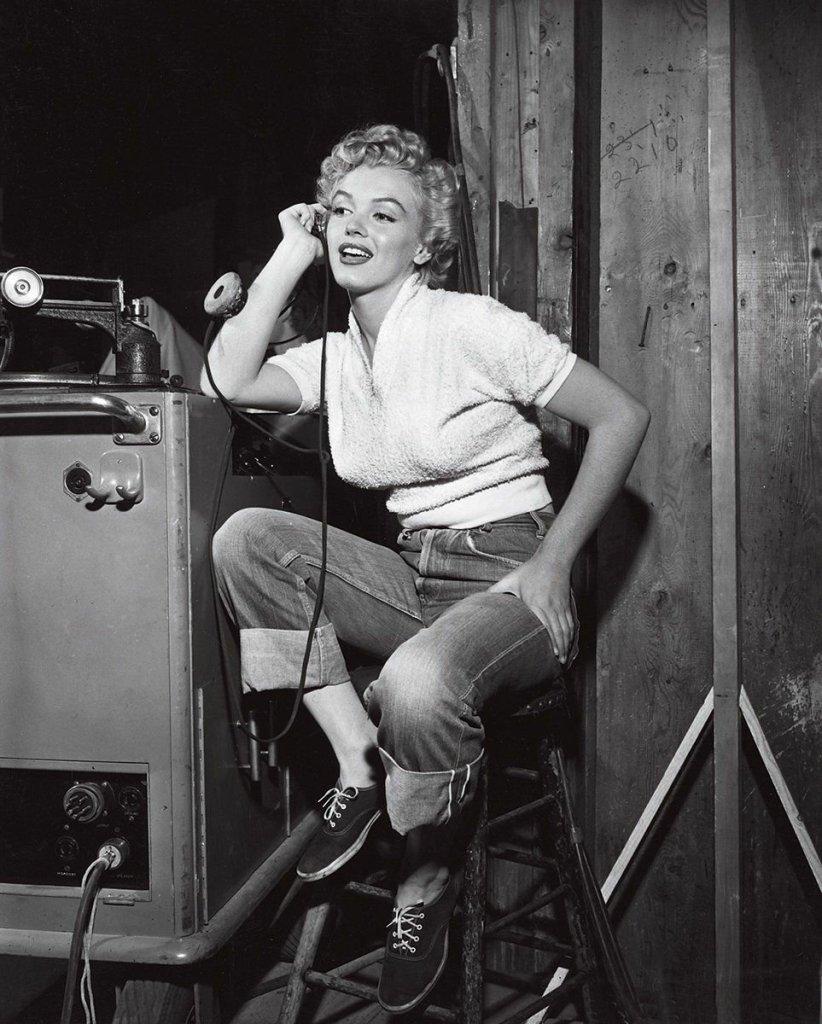 Marilyn Monroe dans un total look jean/baskets