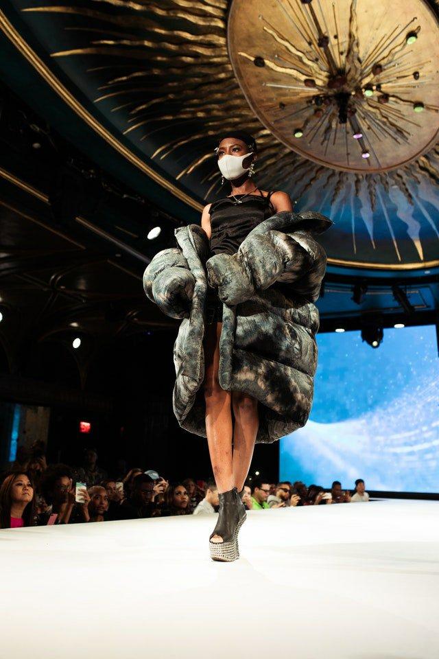 Les maisons de haute couture collaborent avec des marques de sneakers