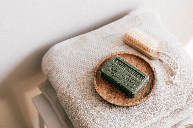 Le savon naturel est un bon nettoyant pour les bijoux ternes