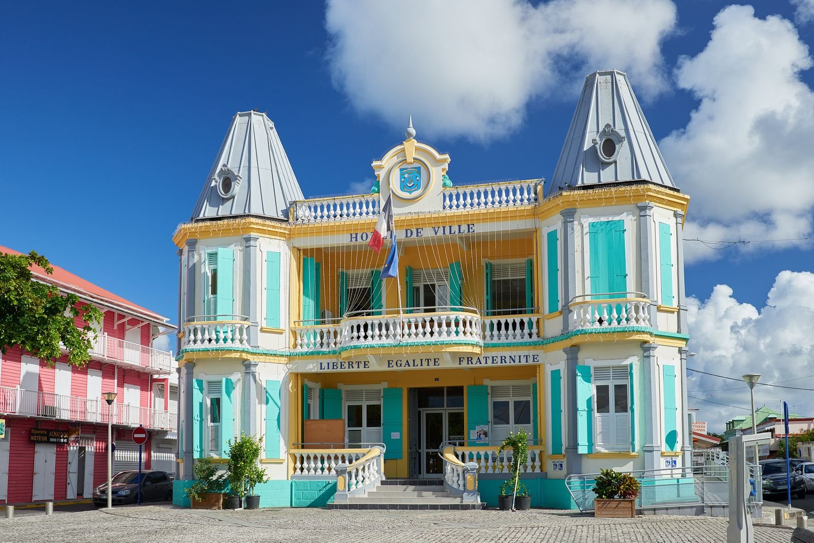 L'hôtel de ville coloré au Moule
