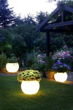 Peignez vos pots de fleurs avec une peinture luminescente